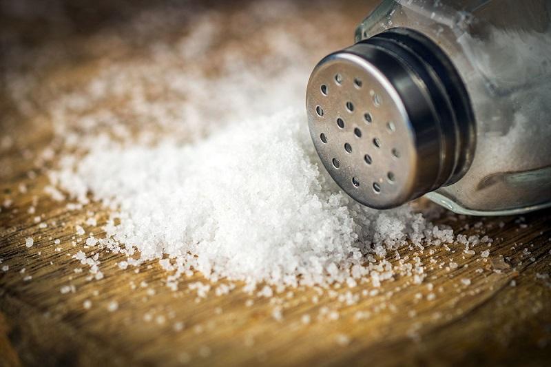 Водопроводчик: «Засыпь соль в трубы 1 раз и посмотри. Потом всегда делать так будешь!». Каменная соль абсолютно безвредна и намного дешевле моющих средств