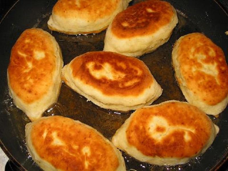 Тесто мягкое, как подушка, благодаря одному простому ингредиенту. Теперь пирожки идеальны, что в духовке, что на сковороде