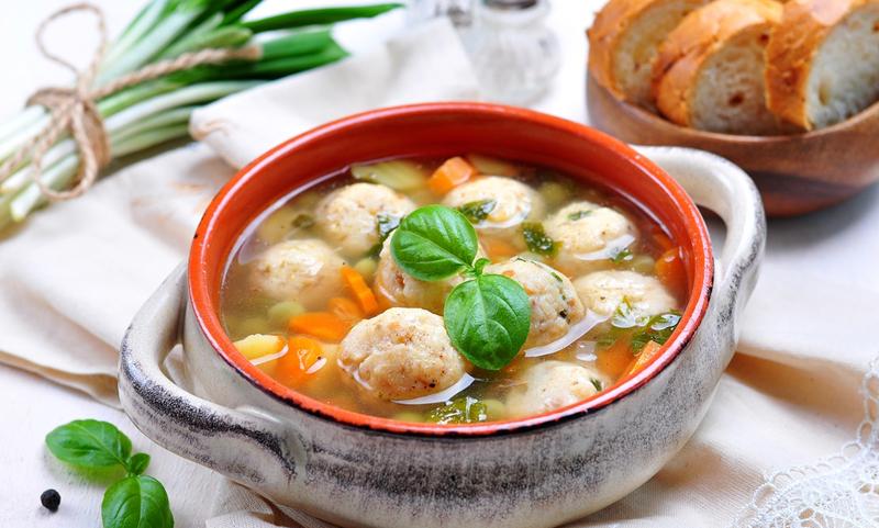 На второй день от супа остается пустая кастрюля: хоть и питательный, но очень легкий. Дети влюбились в эти шарики