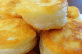 Пышные (будто пончики) оладьи без яиц. Не опадают после жарки и всегда съедаются даже холодными. Стакан муки, стакан кефира и ложка сахара, чтобы приготовить любимый десерт для всей семьи.