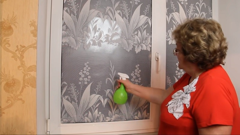 Зачем умелые гражданочки клеят тюль на окна