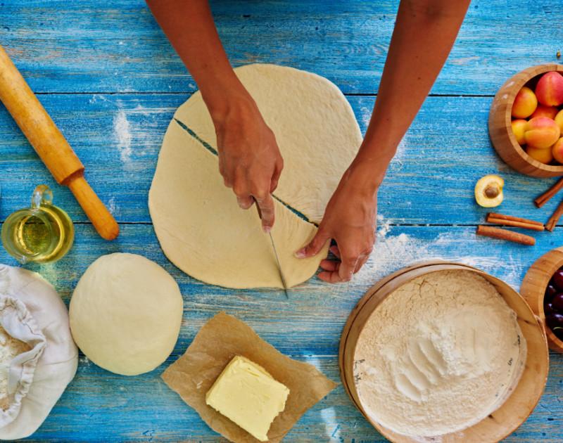 Экономные рогалики за 20 минут без яиц и молока: хрустящая корочка и пышная середина. Муж и дети съели разом!