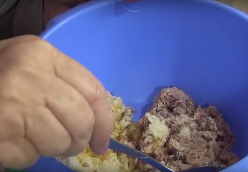 Из банки сардин и стакана риса получается целая тарелка даров моря! Попробуй вместо котлет