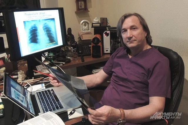 Хирург из Санкт-Петербурга удалил женщине 70 метастазов. Пациентка живет уже девятый год. За уникальную операцию доктор получил премию Перельмана.
