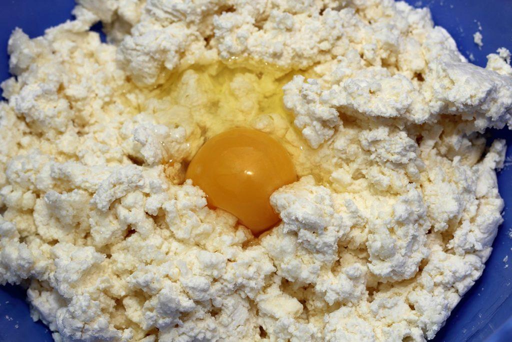 Зачем добавлять в сырники тертое яблоко