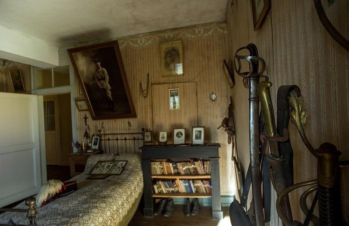 Родители замуровали комнату сына, погибшего еще 100 лет назад, превратив ее в капсулу времени