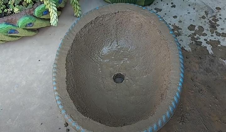 Превратите старый таз в красивый декор для сада