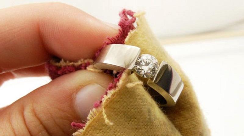 Кольца и сережки заблестят как новенькие! Нужно просто замочить украшения на ночь.