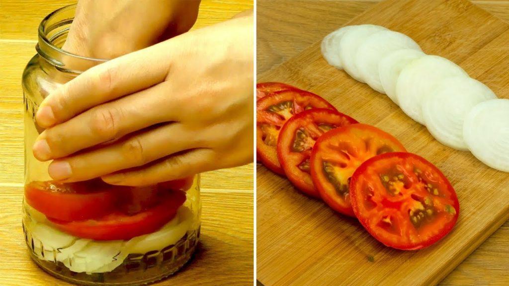 Пожалуй, лучшая закуска к шашлыку! Пряные помидоры с луком за 5 минут.