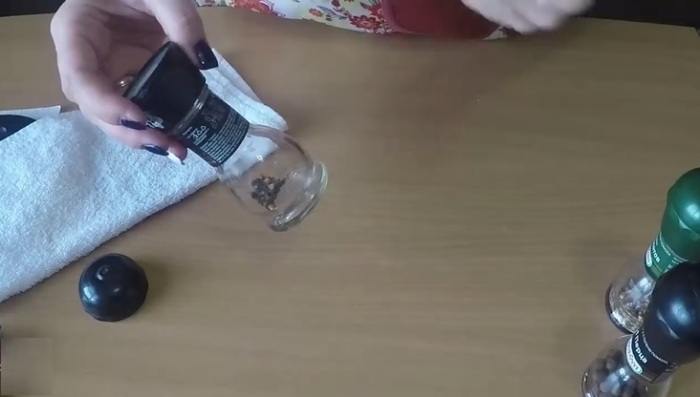 Элементарный способ открыть одноразовую «мельницу» для перца, чтобы использовать ее снова и снова