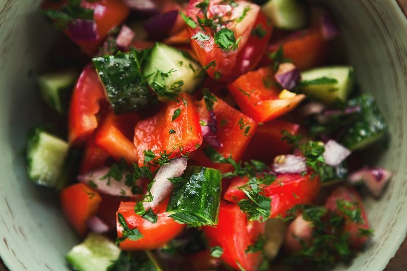 Как приготовить салат со свежими огурцами без лишнего сока