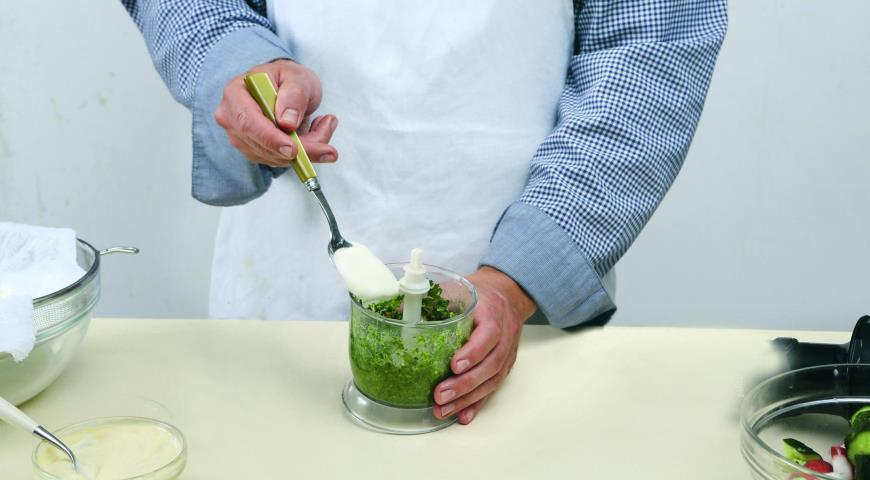 Салат с «битой» редиской и зеленой заправкой