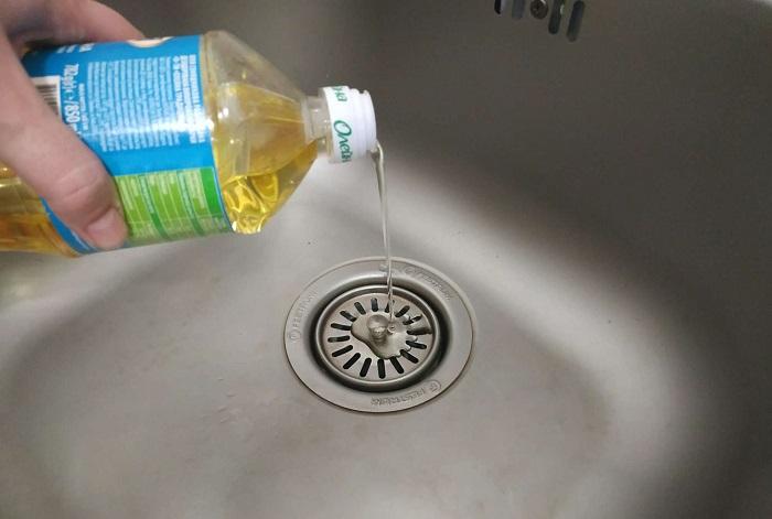 Зачем в раковину заливают подсолнечное масло: метод, который пригодится хозяевам в квартире и дачникам
