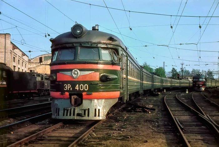 Почему советские поезда красили в зеленый цвет, а не в какой-то другой