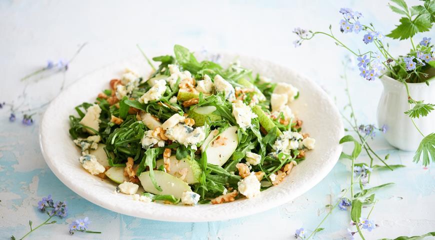 Салат из груш с голубым сыром и грецкими орехами