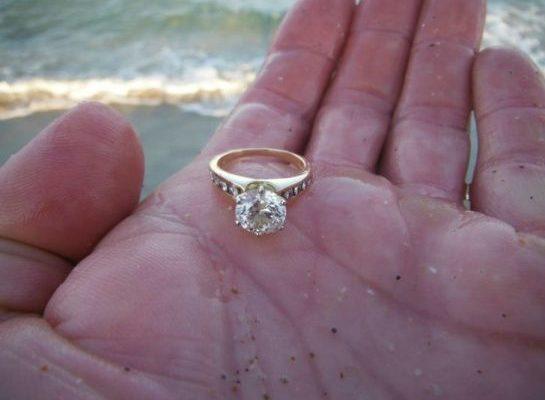 Отдыхая у моря, девушка обнаружила золотое кольцо. Невероятно то, что произошло с ней через три дня после находки…