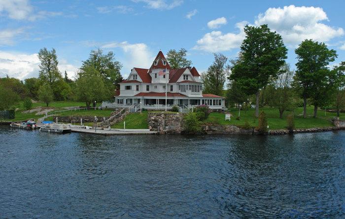 Как люди живут на островах, на которых помещается всего один дом
