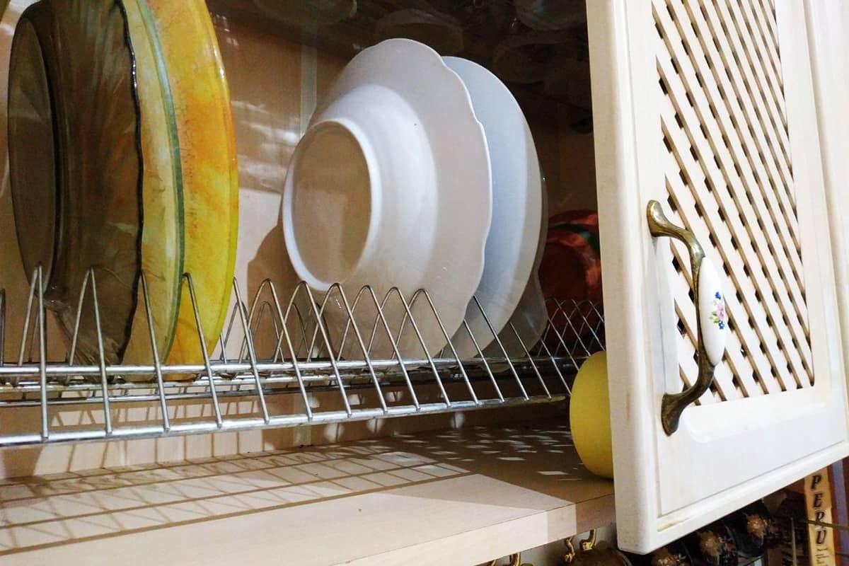 Зачем класть пару рулонов скотча в шкафчик для посуды