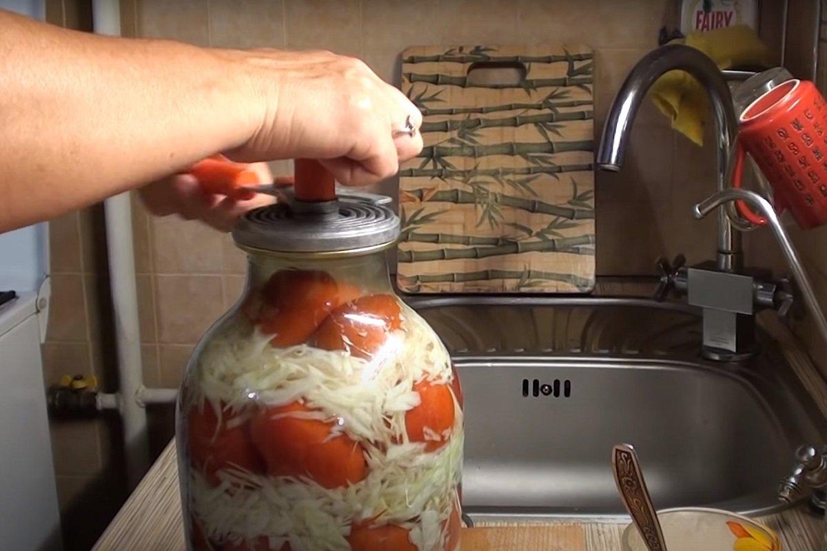 Сочные помидоры в хрустящей капусте прямиком из одесской кухни