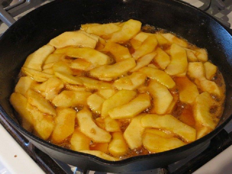 Немецкий яблочный блин на сковороде. Залей фрукты тестом и насладись мегасладким десертом.