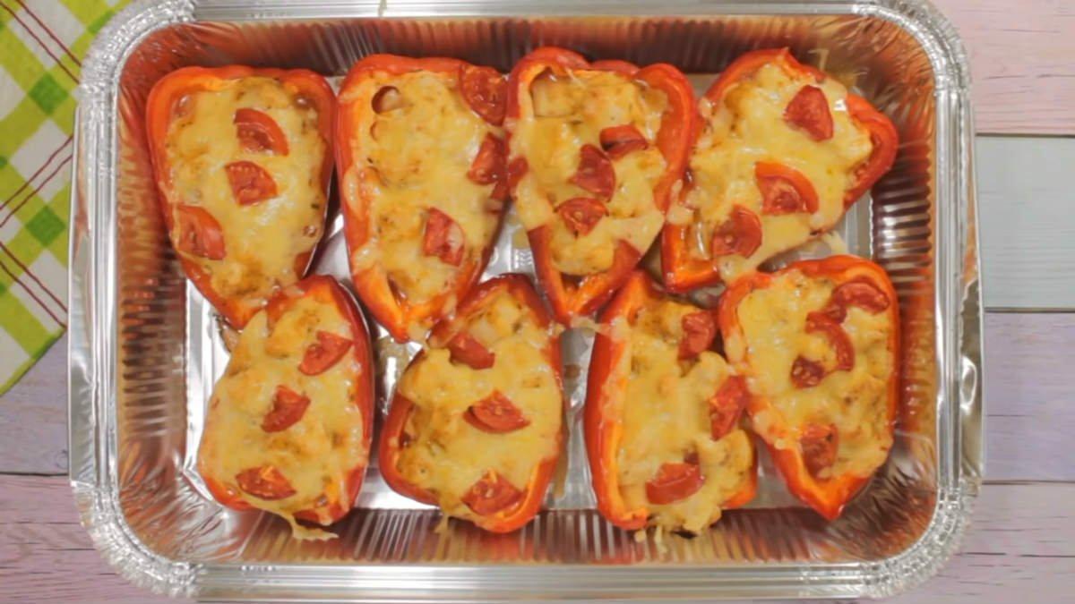 Аппетитные лодочки из перцев с сочной курицей: как приготовить в духовке