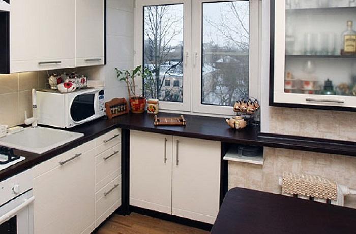 6 идей, как использовать подоконник на крохотной кухне не по назначению