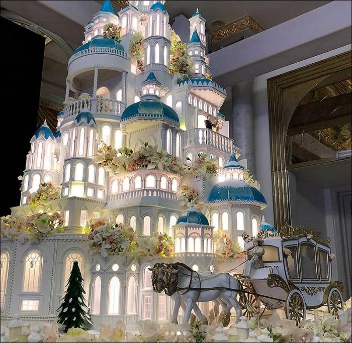 На свадьбе в Казахстане гостям вывезли 4-метровый торт-замок весом в 1,5 тонны