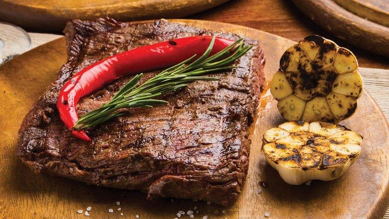 Главные мясные блюда новогоднего стола: 6 рецептов на любой вкус
