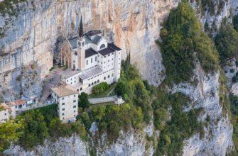 Святилище Богоматери Короны – старинная итальянская церковь, построенная в скалах над обрывом
