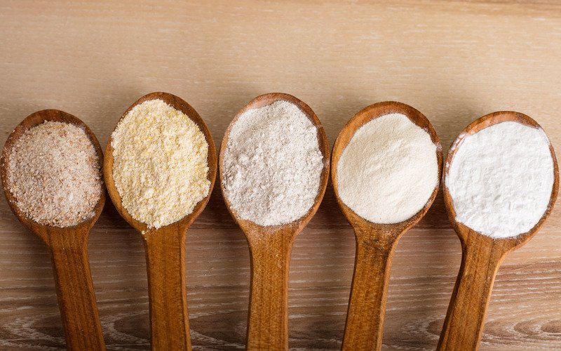 Загустить, пожарить и заменить: 10 нестандартных способов использования крахмала в приготовлении любимых блюд