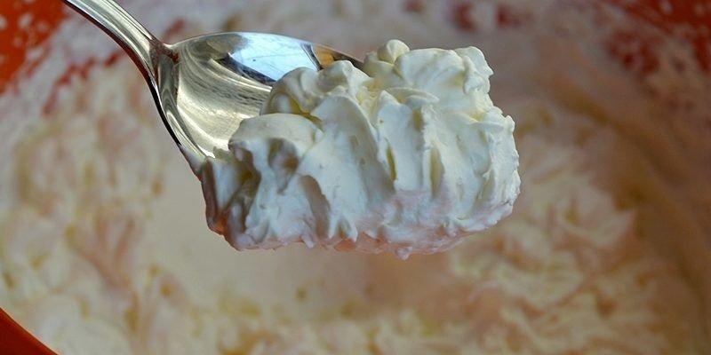 Как приготовить густой сметанный крем: знакомые процессы, но с одной поправкой