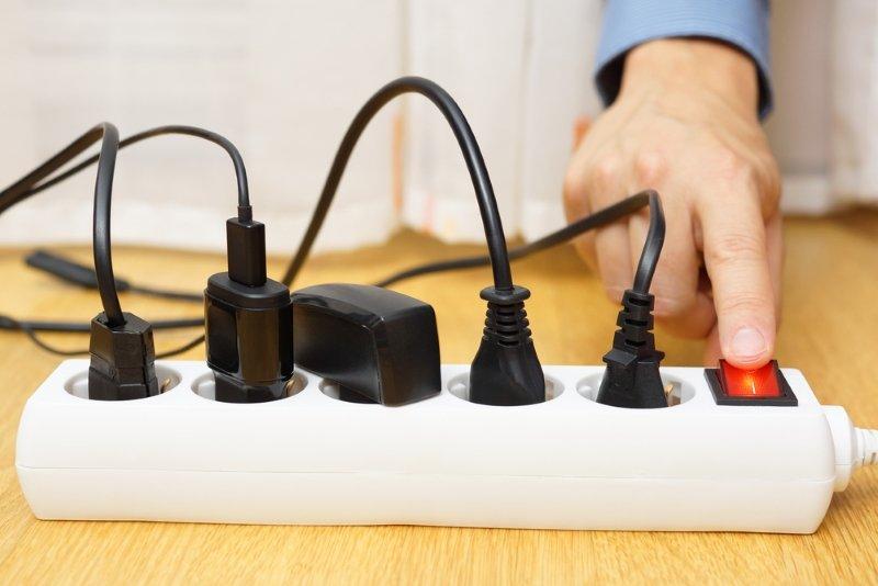 Почему зарядное устройство не нужно оставлять в розетке
