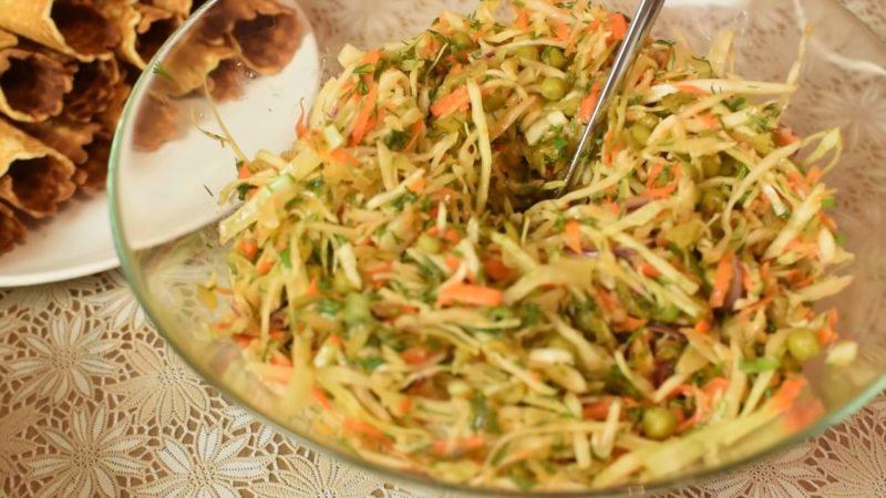 Мама поделилась богатым на вкус рецептом салата из капусты
