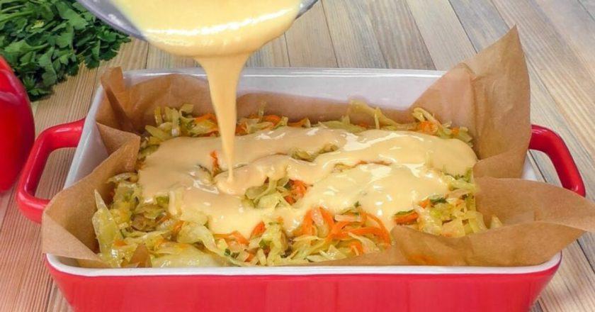 Собираю капустный пирог за 2 минуты. Складываю в форму все ингредиенты и заливаю жидким тестом.