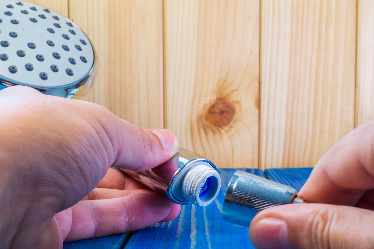 Как прочистить душевую лейку от водного камня