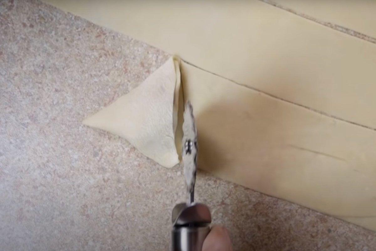 Цыганка на видео показывает, как быстро налепить пельменей на целый табор