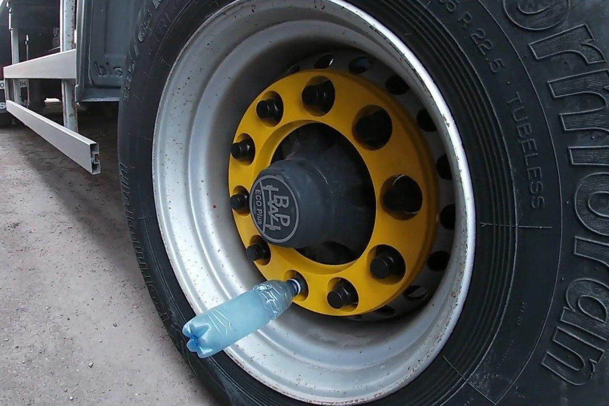 Зачем дальнобойщики вставляют бутылки в колеса своей фуры
