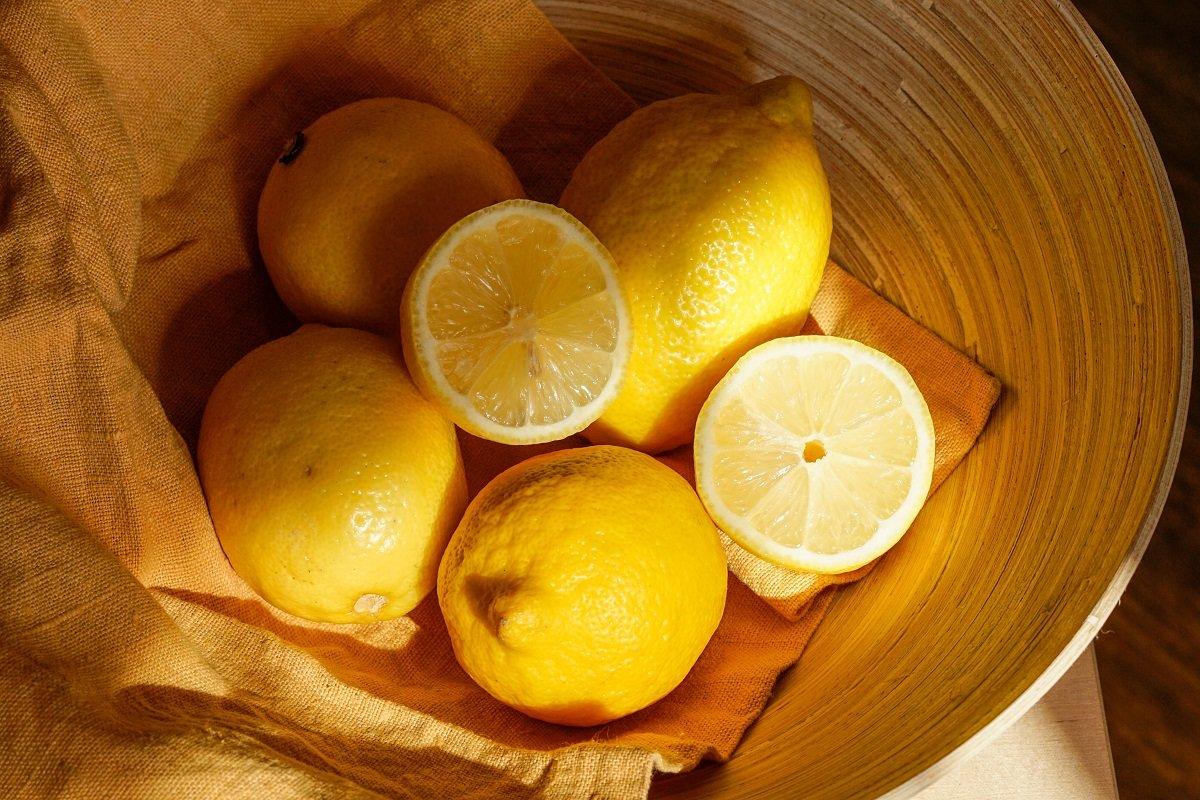 Нужно ли добавлять лимон в кофе и почему люди теперь так делают