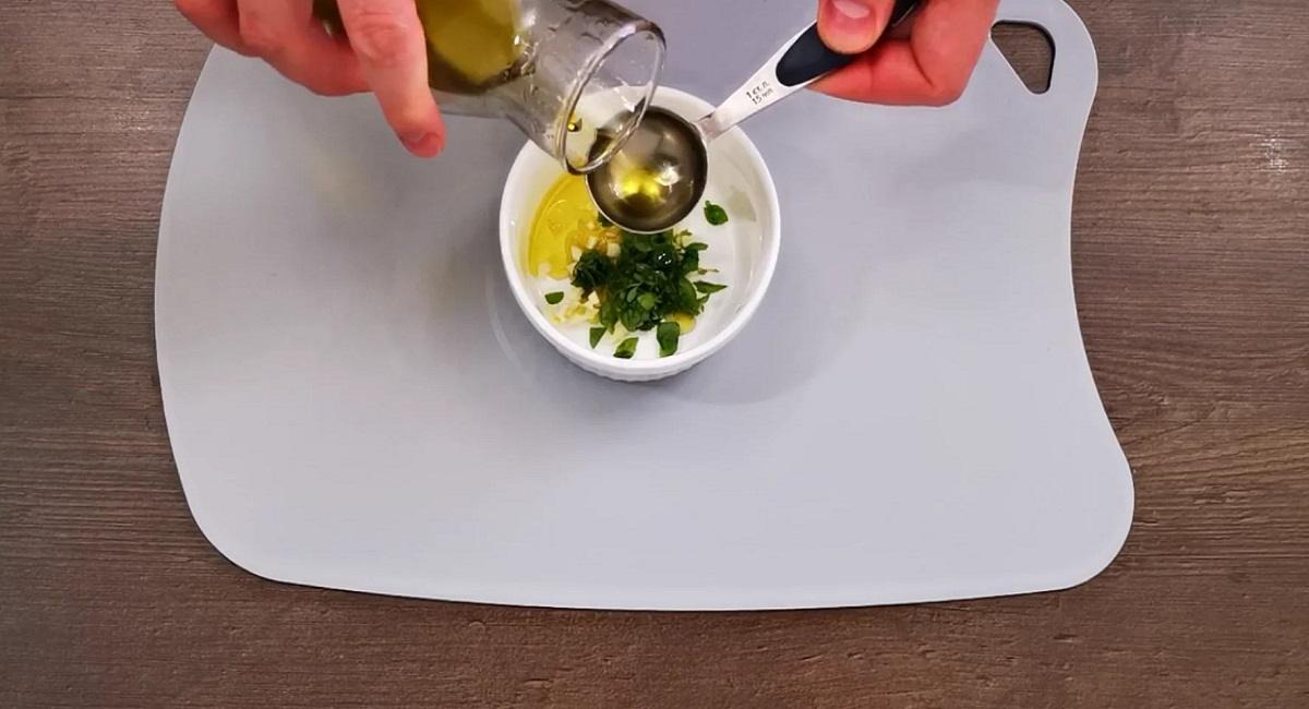 Королевский, но недорогой ужин: минтай по-провансальски с пикантной заправкой
