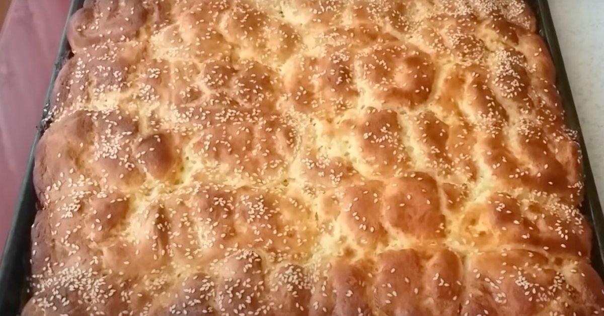 Простые булочки из дрожжевого теста смазываю специальным соусом, и получается очень аппетитно