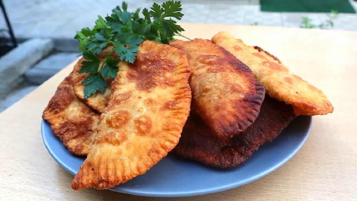 Рецепт быстрых мясных чебуреков на кефире